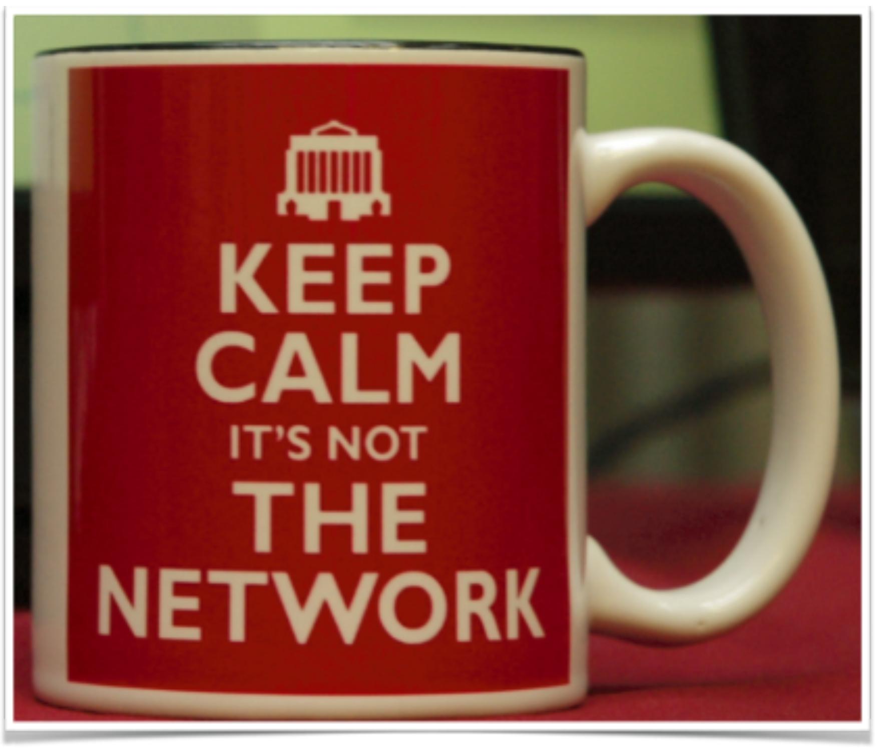 Une tasse de café qui lit garder son calme ce n'est pas le réseau.