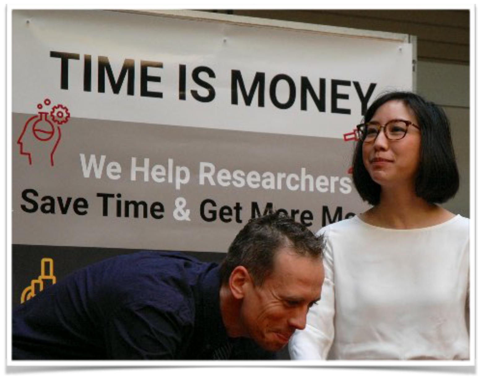 Les employés présentant une affiche avec le temps de titre est de l'argent.