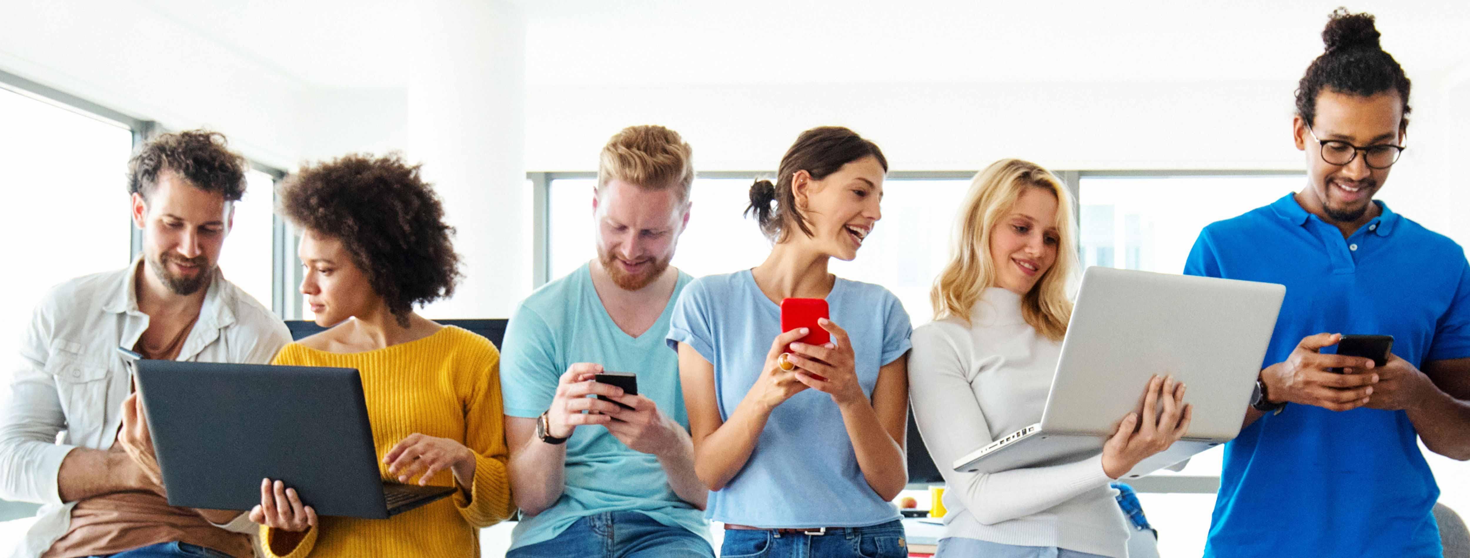 personnes utilisant des téléphones portables et des ordinateurs portables